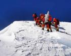登山队队员们曾三次向珠穆朗玛峰峰顶发起攻顶
